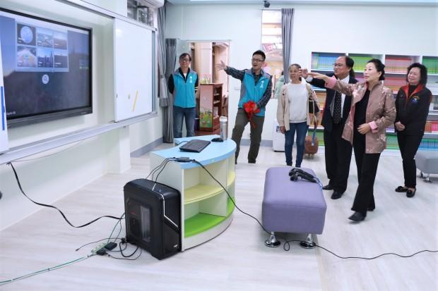 縣長徐榛蔚參觀飛行船圖書館內部VR設施.JPG